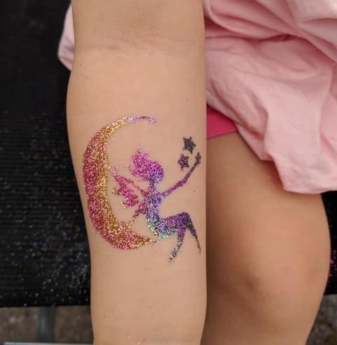 Glitzer-Tattoo-Kinderlachen